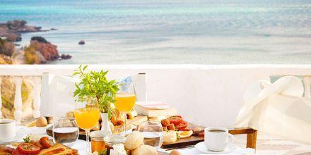 Frukostservering på hotell Lithos i Pythagorion på Samos, Grekland.