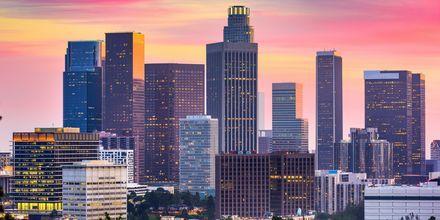 I Los Angeles blandas skyskrapor med sandstrand.