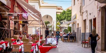 Mysig liten gata i Los Cristianos på Teneriffa, Kanarieöarna.