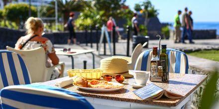 Lunch i solen i Los Gigantes & Playa de la Arena på Teneriffa.