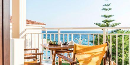 Balkong i tvårumslägenhet på hotell Loukas on the Waves i Tragaki, Zakynthos.