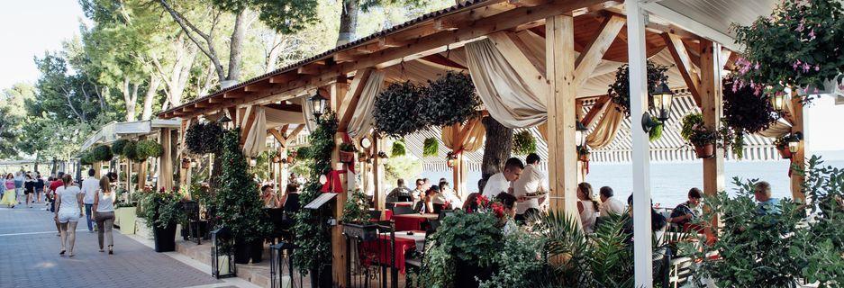 Restaurang på hotell Lucija på Makarska rivieran, Kroatien.
