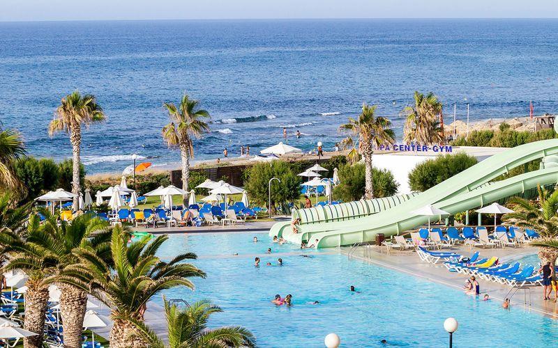 Poolområdet på hotell Lyttos Beach i Anissaras, Kreta.