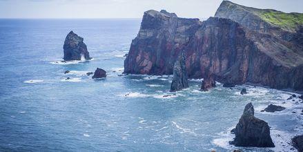 Ön är full av mäktiga vyer över klipporna.