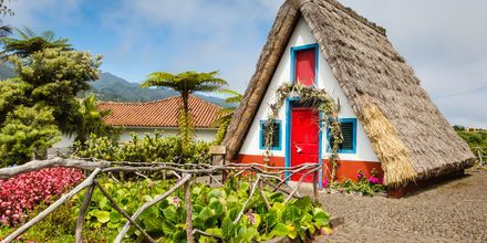 Traditionella hus i Santa Cruz på Madeira i Portugal.