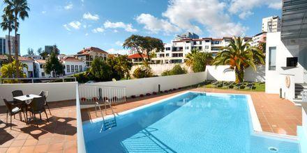 Poolområde på hotell Madeira Bright Star i Funchal på Madeira, Portugal.