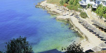 Badplatå  och strand på hotell Maestral i Saranda, Albanien.
