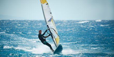 På stranden i Makadi Bay finns möjlighet att testa windsurfing.