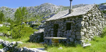 Vackra stenhus i bergsmassivet Biokovo.