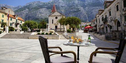 Njut av en lunch på torget i Makarska, Kroatien.