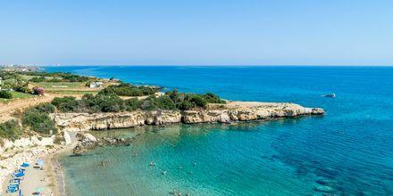 Stranden vid hotell Malama Beach Holiday Village i Fig Tree Bay på Cypern.