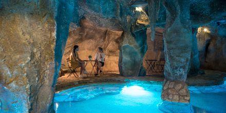 Inomhuspool på hotell Malama Beach Holiday Village i Fig Tree Bay på Cypern.