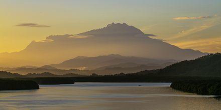 Malaysias största berg Mount Kinabalu, är 4 095 meter högt och ligger på delen av Malaysia som tillhör Borneo.