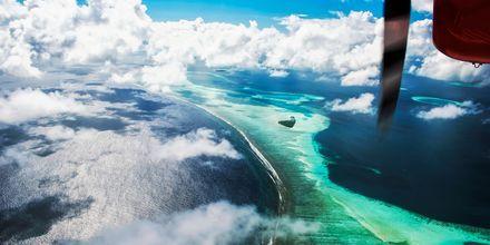 Att flyga in över Maldiverna är andaktsfullt, med alla små öar som sticker upp från havet.