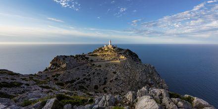 Fyrtornet på Mallorcas norra spets, Cap de Formentor, i solnedgång.
