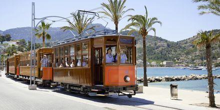 Spårvagnen går från Palma till Sóller och passerar genom bergslandskap och citruslundar.