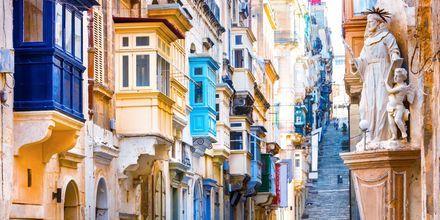 En gränd i Valletta. De färgglada balkongerna är typiskt för Malta.