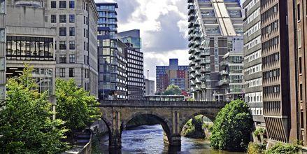 Floden Irwell som rinner genom Manchester kantas av moderna lägenheter.