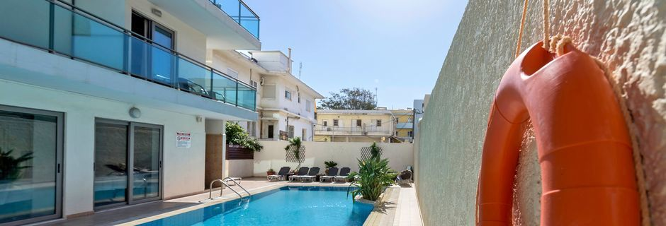 Pool på hotell Manousos i Rhodos stad, Grekland.