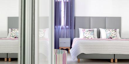 Dubbelrum på hotell Mar & Mar Crown Suites på Santorini, Grekland.
