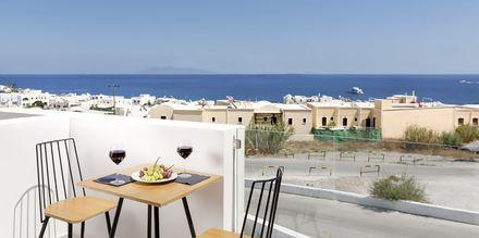 Balkong till superiorrum på hotell Mar & Mar Crown Suites på Santorini, Grekland.