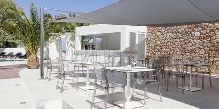 Poolbaren på hotell Mar & Mar Crown Suites på Santorini, Grekland.