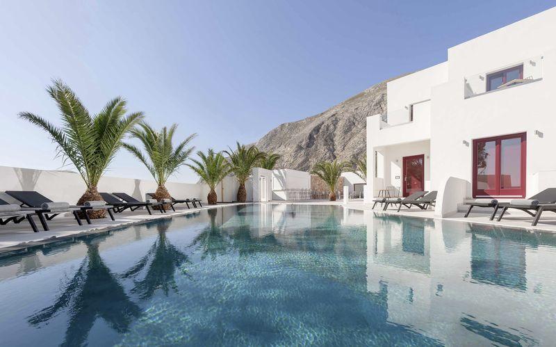Poolen på hotell Mar & Mar Crown Suites på Santorini, Grekland.