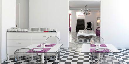 Frukostrummet på hotell Mar & Mar Crown Suites på Santorini, Grekland.