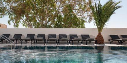 Poolen på Mar & Mar Crown Hotel & Suites på Santorini, Grekland.