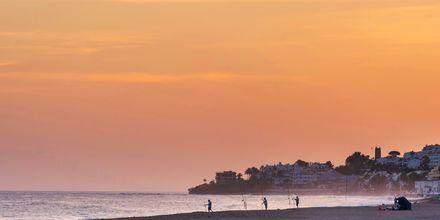 Strand i solnedgång i Marbella, Spanien.
