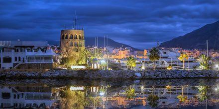 Festliga Puerto Banús i Marbella på kvällen.
