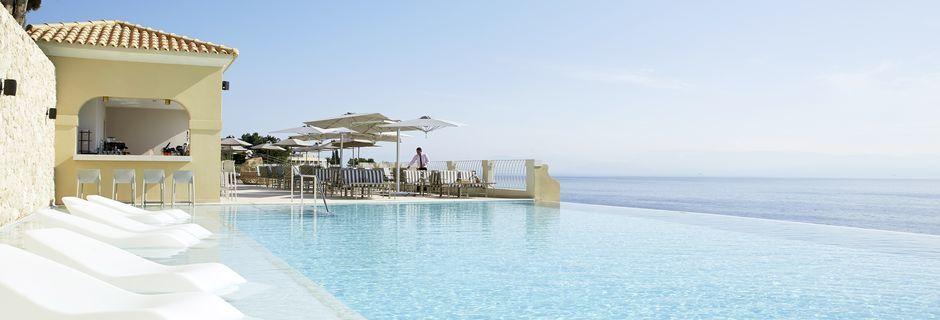 Pool och poolbaren Aquavit på hotell Marbella Nido Suite Hotel & Villas på Korfu, Grekland.