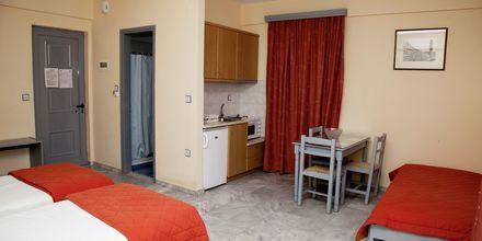 Enrumslägenhet i nedsänkt markplan på hotell Marel i Rethymnon, Kreta.