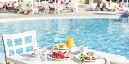 Frukost vid poolen på hotell Marelen i Kalamaki, Zakynthos, Grekland.