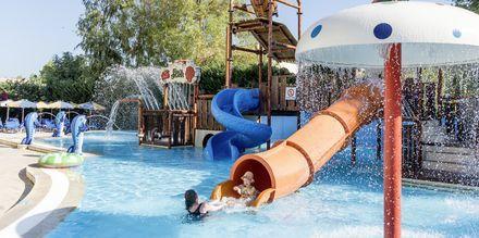 Pool med vattenrutschkanor på hotell Marelen i Kalamaki, Zakynthos, Grekland.