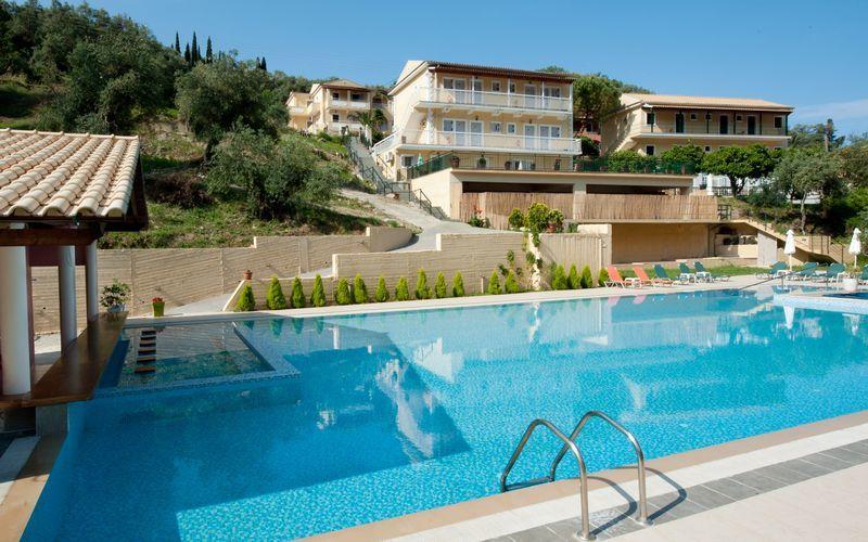 Poolområdet på hotell Marina i Agios Gordis på Korfu, Grekland.