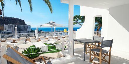 Terrass till tvårumslägenhet superior på hotell Marina Bayview i Puerto Rico på Gran Canaria.