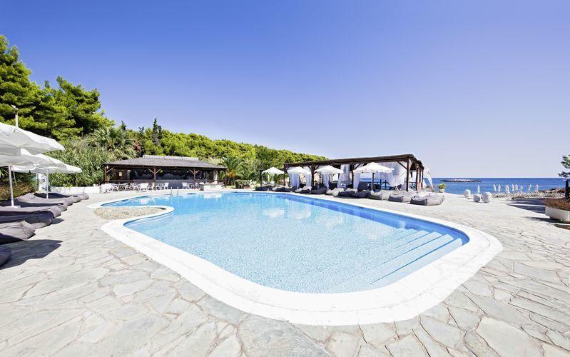 Poolen vid Marpunta Beach Village på Alonissos i Grekland.