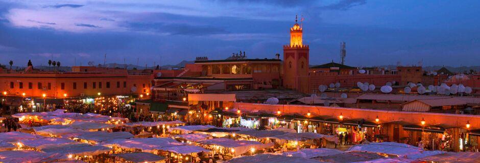 Marknadsplatsen Djemaa el Fna i Marrakech, Marocko.