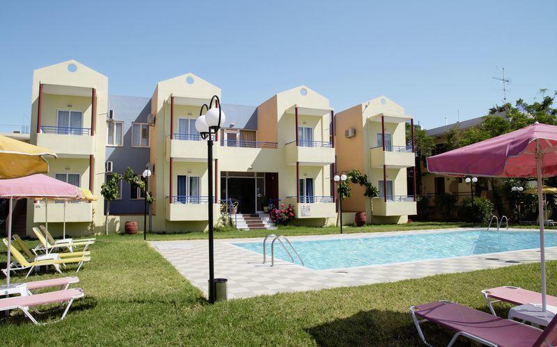 Poolområdet på hotell Marva i Rethymnon på Kreta.