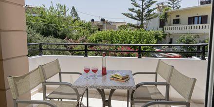 Balkong till tvårumslägenhet i ny del på hotell Mary, Kreta.
