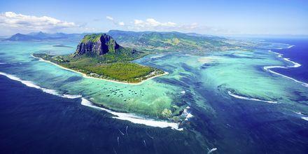 Mauritius från ovan, med sitt vackra hav och korallrev.