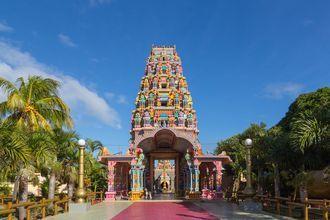 Färgglada Kalaisson Temple på Mauritius.