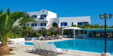 Poolområdet på hotell Mediterranean White i Kamari på Santorini, Grekland.