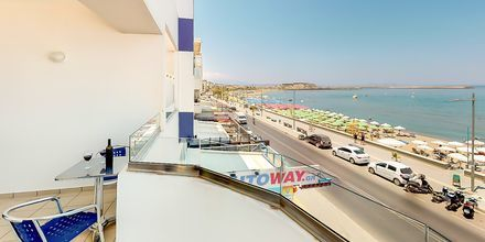 Balkong med havsutsikt på hotell Medusa i Rethymnon stad på Kreta, Grekland.