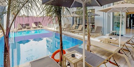 Poolområdet på hotell Medusa i Rethymnon stad på Kreta, Grekland.