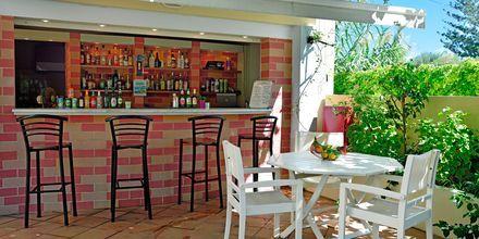 Poolbar på hotell Melina Beach i Platanias på Kreta, Grekland.