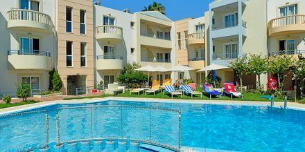 Poolområde på hotell Melina Beach i Platanias på Kreta, Grekland.
