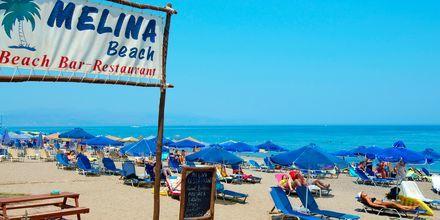 Hotellstrand på hotell Melina Beach i Platanias på Kreta, Grekland.