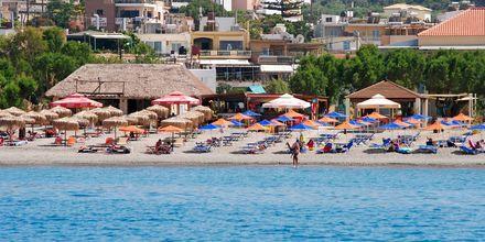 Strand vid hotell Melina Beach i Platanias på Kreta, Grekland.